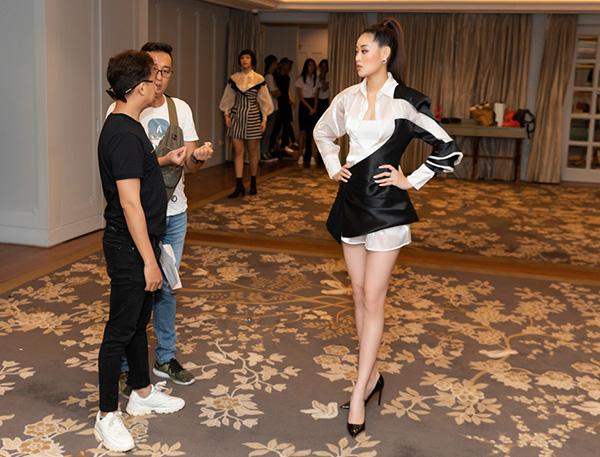 Khánh Vân, Mâu Thủy khoe dáng chuẩn trong buổi tập cho show thời trang Thương