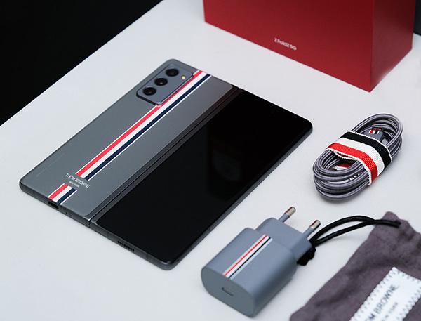 Galaxy Z Fold2  Thom Browne Limited Edition có gì mà giá đến hơn 100 triệu đồng?