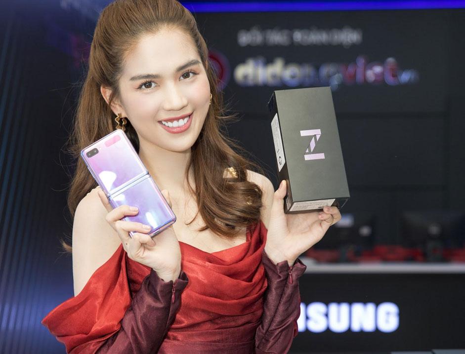 """Galaxy Z Flip """"đọ dáng"""" với Ngọc Trinh"""
